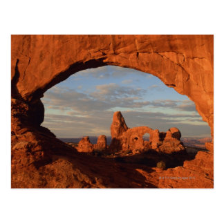 Arco de la torrecilla visto a través de la ventana postales