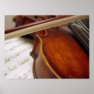 Arco de violín y foto de la partitura póster