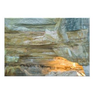 Arco del lago que brilla intensamente, rocas repre fotografía