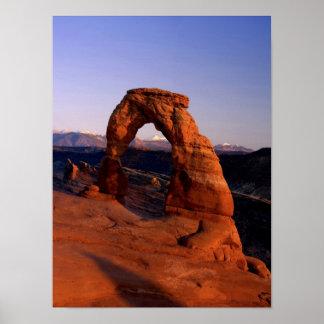 Arco delicado en la puesta del sol con La nevado Póster