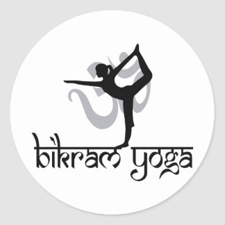 Arco derecho que tira de la yoga de Bikram de la Etiqueta Redonda