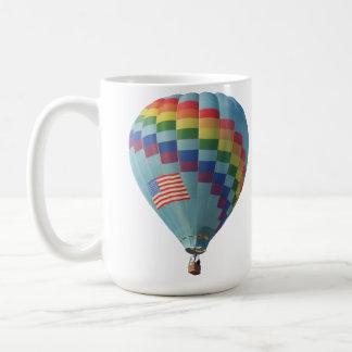 Arco iris a través del globo del aire caliente del taza de café