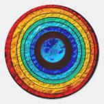 Arco iris alrededor de la tierra pegatina redonda