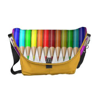 Arco iris coloreado de los lápices de las fuentes  bolsas de mensajeria