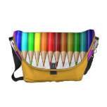 Arco iris coloreado de los lápices de las fuentes  bolsas de mensajería