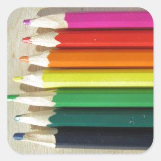 Arco iris coloreado de los lápices pegatina cuadrada