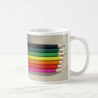 Arco iris coloreado de los lápices taza de café