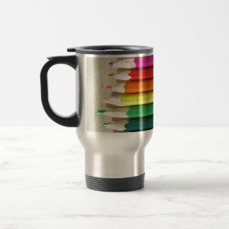 Arco iris coloreado de los lápices taza