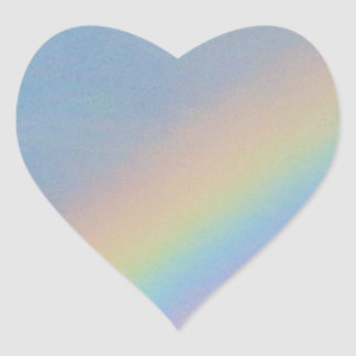 Arco iris colorido en el cielo azul, foto pegatina en forma de corazón