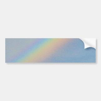 Arco iris colorido en el cielo azul, foto pegatina para auto