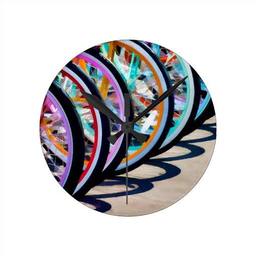 Arco iris de bicicletas reloj redondo mediano