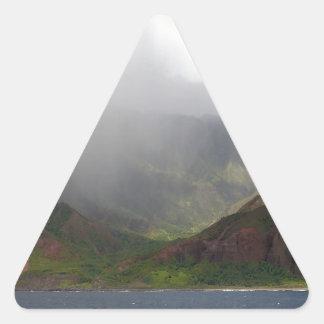 Arco iris de la costa de Napali de la montaña Calcomania De Triangulo Personalizadas