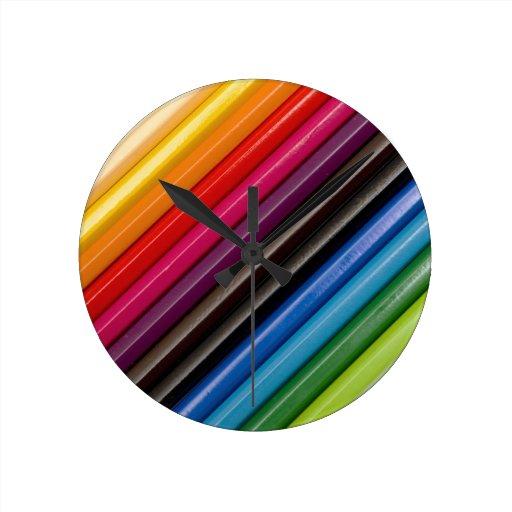 Arco iris de lápices coloreados reloj redondo mediano
