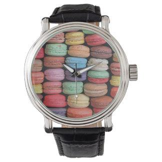 Arco iris de las galletas apiladas de Macaron del Reloj De Mano
