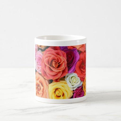 Arco iris de rosas taza clásica