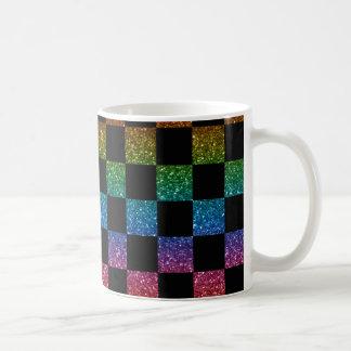 Arco iris del brillo y modelo a cuadros negro taza