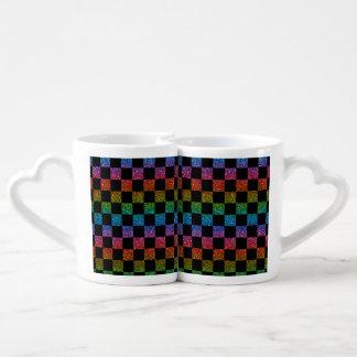 Arco iris del brillo y modelo a cuadros negro taza para parejas