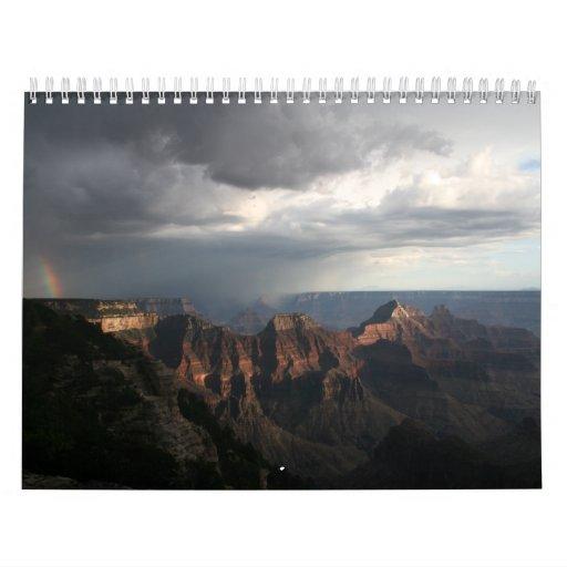 Arco iris del norte de la puesta del sol del borde calendario