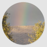 Arco iris detrás de la pared pegatina redonda