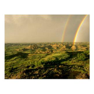 Arco iris doble sobre el barranco pintado en postales