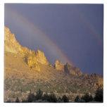 Arco iris doble sobre una formación de roca cerca  azulejo cuadrado grande