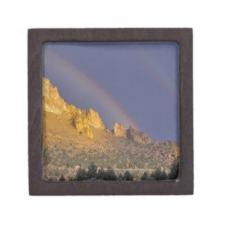 Arco iris doble sobre una formación de roca cerca cajas de joyas de calidad