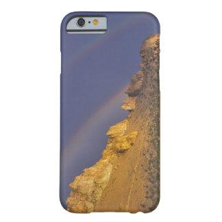 Arco iris doble sobre una formación de roca cerca funda de iPhone 6 barely there