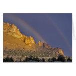 Arco iris doble sobre una formación de roca cerca  tarjeta de felicitación