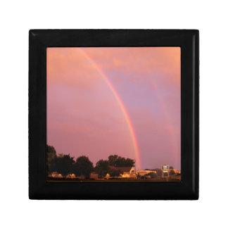 Arco iris dobles en la puesta del sol