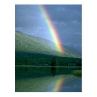 Arco iris en el lago Rabbitkettle, NWT, Canadá Postales