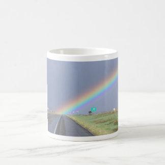Arco iris en la taza del camino