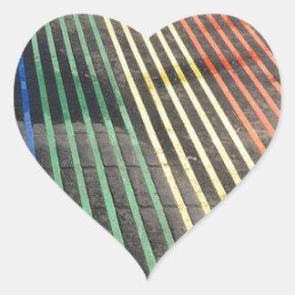 Arco iris en las calles pegatina en forma de corazón