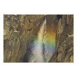 Arco iris en las cataratas de Yosemite superiores  Cojinete