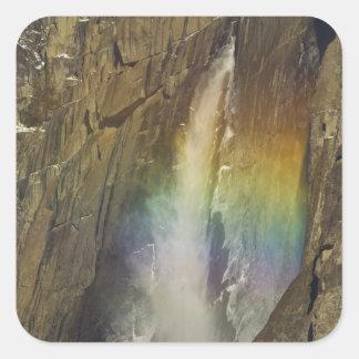 Arco iris en las cataratas de Yosemite superiores Pegatina Cuadrada