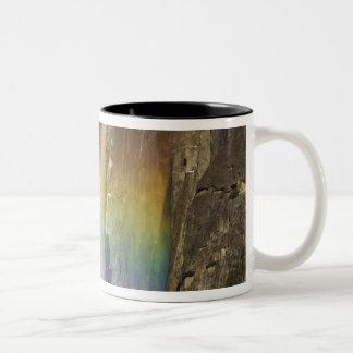 Arco iris en las cataratas de Yosemite superiores Taza De Dos Tonos