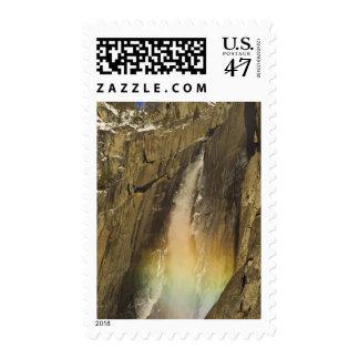 Arco iris en las cataratas de Yosemite superiores Timbre Postal