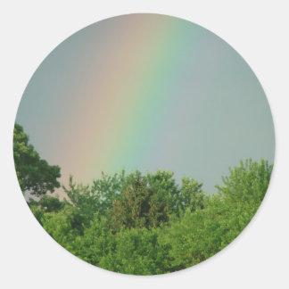 Arco iris en los cielos pegatina redonda
