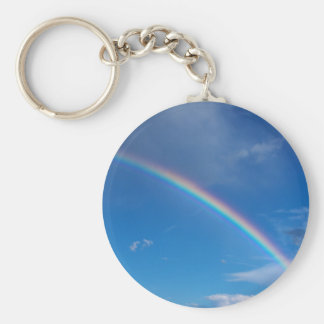 Arco iris en un cielo azul llavero redondo tipo pin