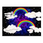 Arco iris, estrellas y nubes en un cielo nocturno postales