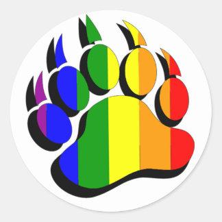Arco iris gay de la garra de oso con la sombra neg etiquetas redondas