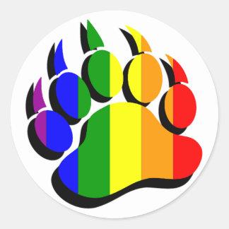 Arco iris gay de la garra de oso con la sombra pegatina redonda