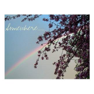 Arco iris hermoso con la palabra en alguna parte tarjeta postal
