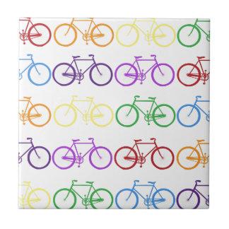 Arco iris que monta en bicicleta al diseñador con  azulejo cuadrado pequeño