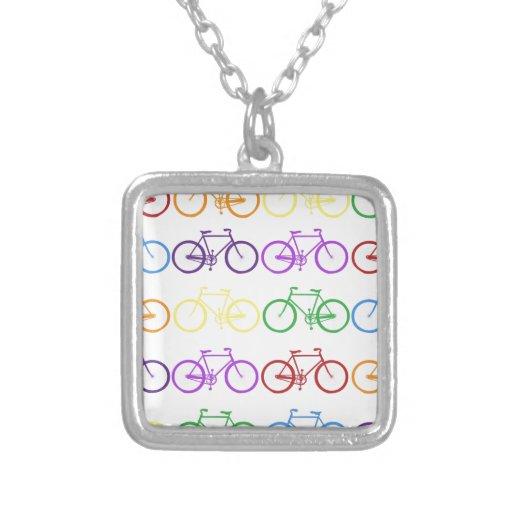 Arco iris que monta en bicicleta al diseñador con  collares personalizados