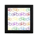 Arco iris que monta en bicicleta al diseñador con  cajas de regalo