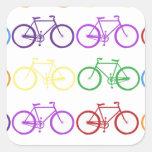 Arco iris que monta en bicicleta al diseñador con calcomanía cuadradase