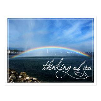 Arco iris que piensa en usted postal
