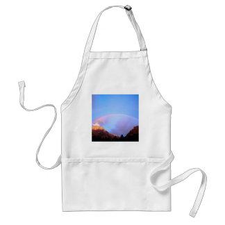 Arco iris que pinta los picos Alberta Canadá Delantal