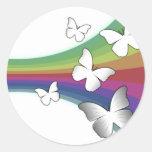 Arco iris silenciado en blanco - mariposas pegatina redonda