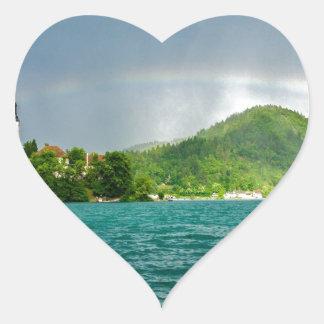 Arco iris sobre el lago sangrado pegatina corazón